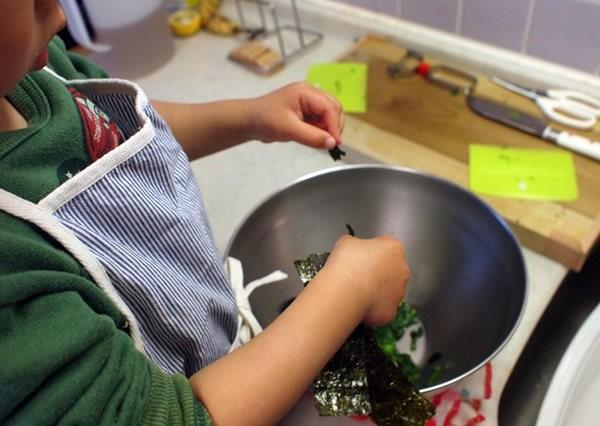 子供が料理をしている写真